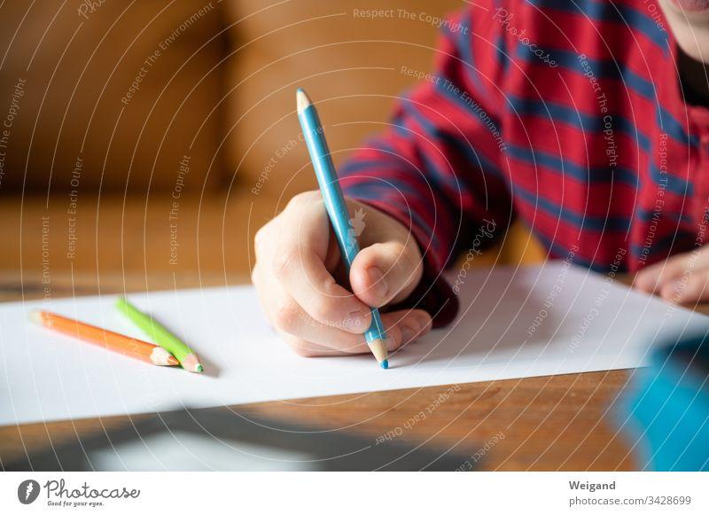Grundschule Schulkind Homeschooling Corona Stift Bildung lernen Hausaufgaben Innenaufnahme Schule lesen Bundstift schreiben malen zettel
