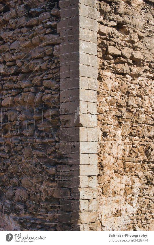 Altes Gemäuer Mauer alt Steine Verwitterung stabil grau braun Wand draußen Schäden Ecke Kante Gebäude Gebäudeteil Architektur Licht Schatten Sonnenlicht matt