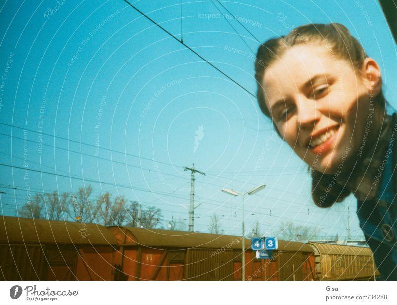 Wir fahren nach Prag Porträt Frau Osten Eisenbahn Fenster Station Ferien & Urlaub & Reisen kommen Europa Gesicht Hohenau Himmel Bahnhof Freude lachen Ziel
