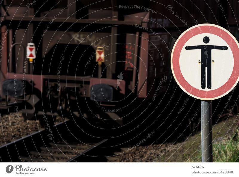 Verbotsschild Ikarus darf die Gleise nicht zu dicht überfliegen! Schild Schienen Zug Symbol verboten Gefahr gesperrt Achtung Berteten verboten Ikon