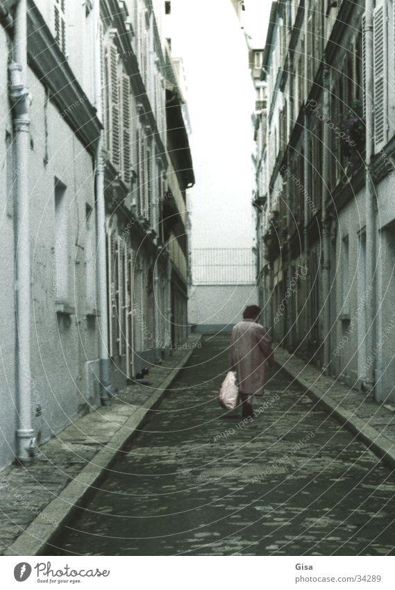 Eine alte Frau in Paris Stadt Einsamkeit Straße Tod Wege & Pfade Ende Sackgasse