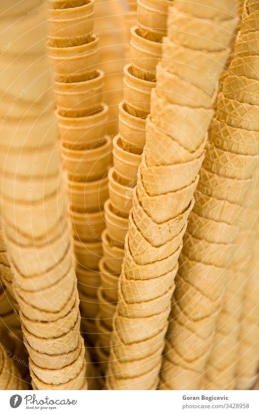 Stapel leerer Waffeleistüte Eiscreme Sahne Zapfen Kegel Dessert Lebensmittel Wafer schließen Hintergrund Nahaufnahme Werkstatt süß lecker Knusprig