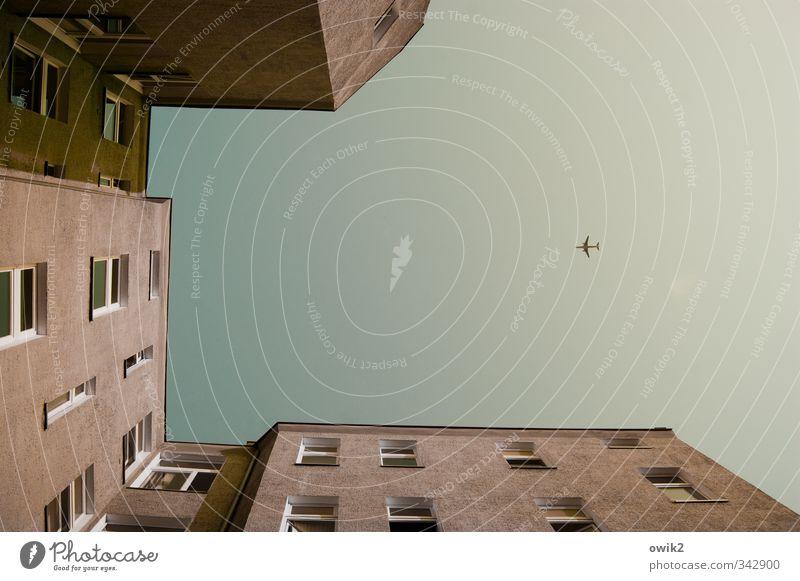 Einflugschneise Ferien & Urlaub & Reisen Stadt Haus Fenster Wand Berlin Mauer fliegen oben Fassade Verkehr Luftverkehr hoch Klima Schönes Wetter Flugzeug