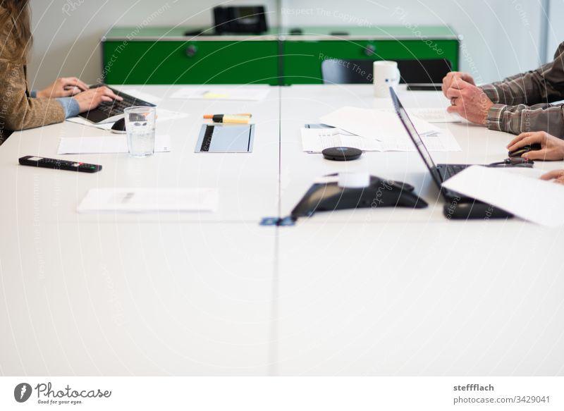 Konferenztisch mit Händen von drei Konferenzteilnehmern Arbeit Meeting Laptop Menschen Büro Office Tastatur Telko Telefonkonferenz Tisch Arbeitsplatz