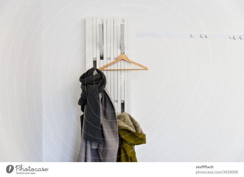 Design Garderobe Büro weißer Hintergrund weiße wand Menschenleer Wand Innenaufnahme Holz Farbfoto modern Detailaufnahme kleiderbügel mantel magnetwand