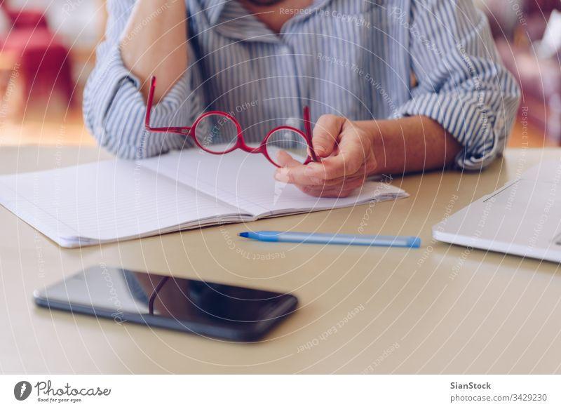 Senioren im mittleren Alter arbeiten zu Hause am modernen Laptop Smartphone Elektronik Mobile pc Textfreiraum zuschauen leerer Bildschirm Konzept benutzend