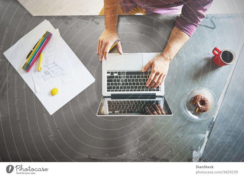 Draufsicht auf den Architekten, der am Computer im Büro arbeitet Laptop Business Frühstück Arbeitsplatz Hände Keyboard Schreibtisch Hand Tisch arbeiten
