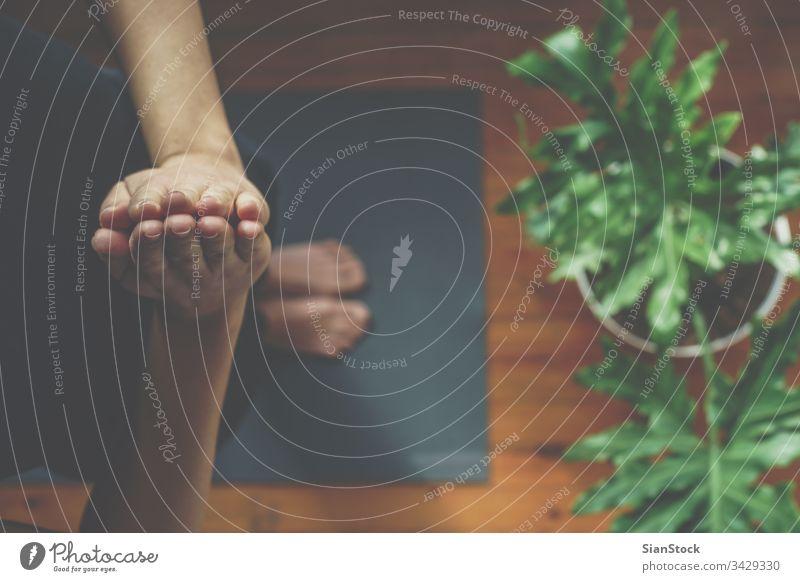 Junge Frau macht morgens Yoga bei sich zu Hause, Draufsicht Unterlage Fitness jung Top Ansicht schön Sport Gesundheit beten betend Übung passen Training