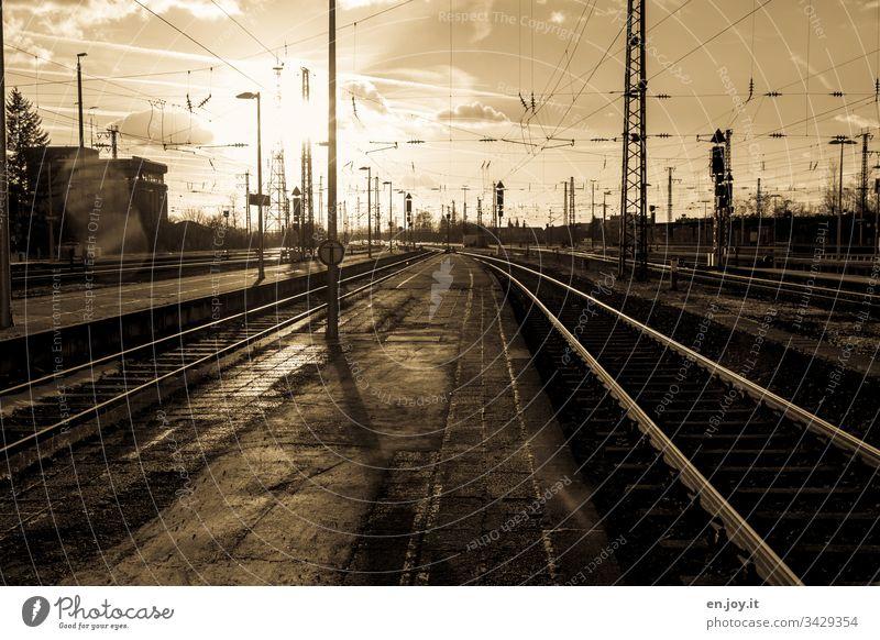 Corona thougths | flüchten unmöglich Bahn Bahngleise Bahnschienen Schienen Weiche Bahnsteig Oberleitung Bahnhof Leer Alt Reise coronavirus coronakrise Flucht