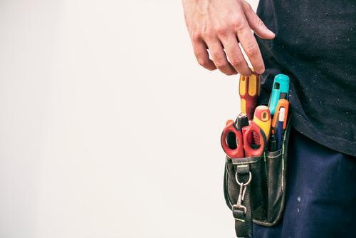 Werkzeuggürtel im echten Arbeiter Gurt Heimwerker Unternehmer Taille sicssors Hand Körperteile echte Menschen reparierend realistisch Installation professionell