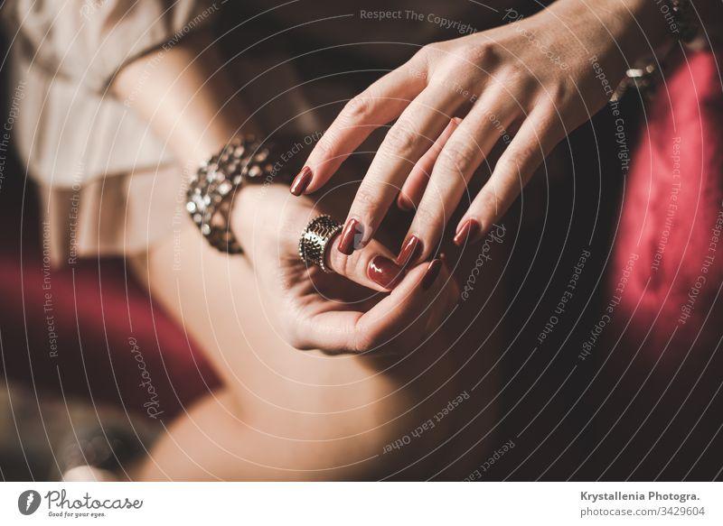 Elegante junge Frauenhände mit bemalten Nägeln und Schmuck Ringe rote Nägel elegant Eleganz Junge Frau junges Mädchen schön feminin Jugendliche Lifestyle