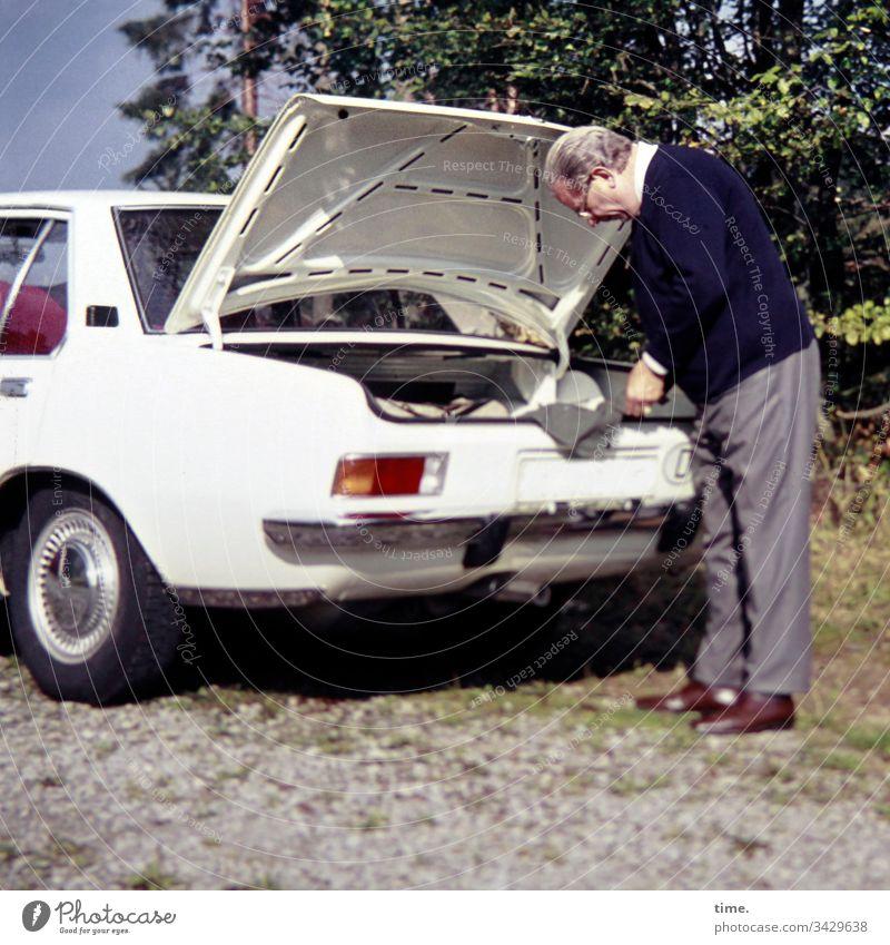 Bestandskontrolle nachdenken grübeln stehen prüfen auto kofferraum heckklappe draußen straße baum offen reise urlaub nachschauen