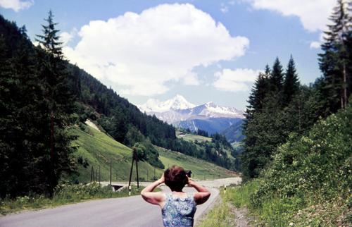 watch out | Klimawandel Urlaub Reisen sehen beobachten Berge Straße Himmel Frau Wolken schnee schneebedeckt idylle Gebirge fernglas kleid sommer wald