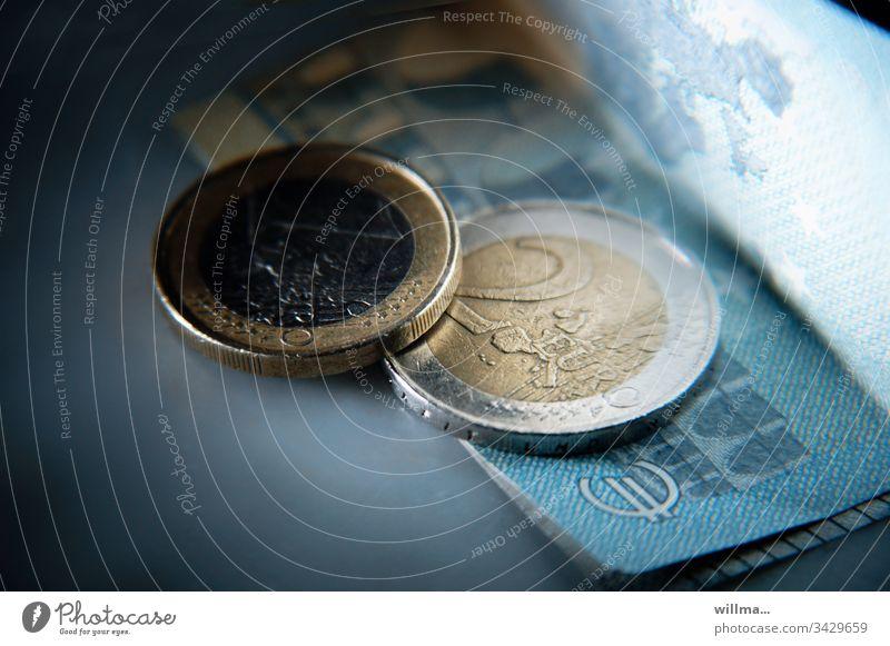 Euromünzen und ein Geldschein Münzen Geldmünzen Kapitalwirtschaft Bargeld sparen Einkommen Reichtum Wirtschaft bezahlen Haushaltsplan Vermögen Investition