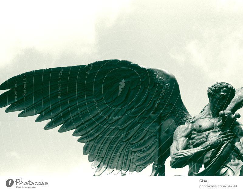 Gabriel Skulptur New York City Engel Flügel Himmel Bronze Bronzeskulptur Anschnitt Bildausschnitt Detailaufnahme Vor hellem Hintergrund Freisteller Statue