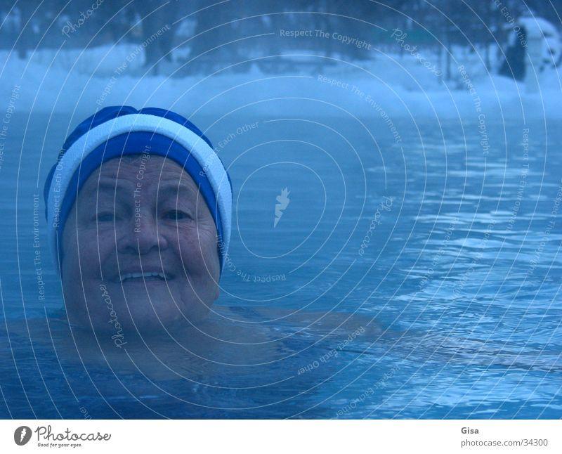 Freischwimmerin Frau Winter Freude Erholung kalt Schnee Senior See Gesundheit Schwimmen & Baden Nebel frisch Fitness Lebensfreude Kur Badekappe