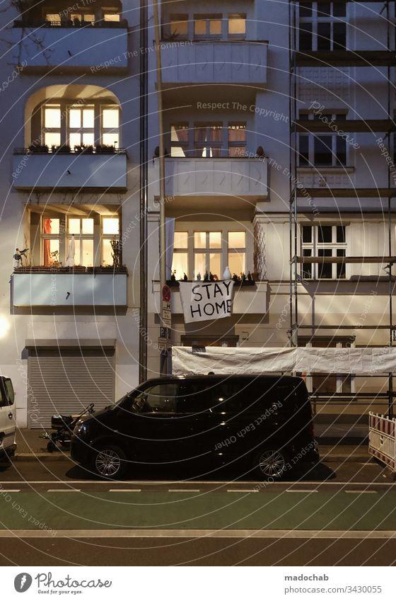 STAY HOME Corona Virus Ausgangsbeschränkung Infektionsgefahr Solidarität Respekt Hausarrest Anstecking Ansteckungsgefahr Berlin Prenzlauer Berg Plakat Botschaft