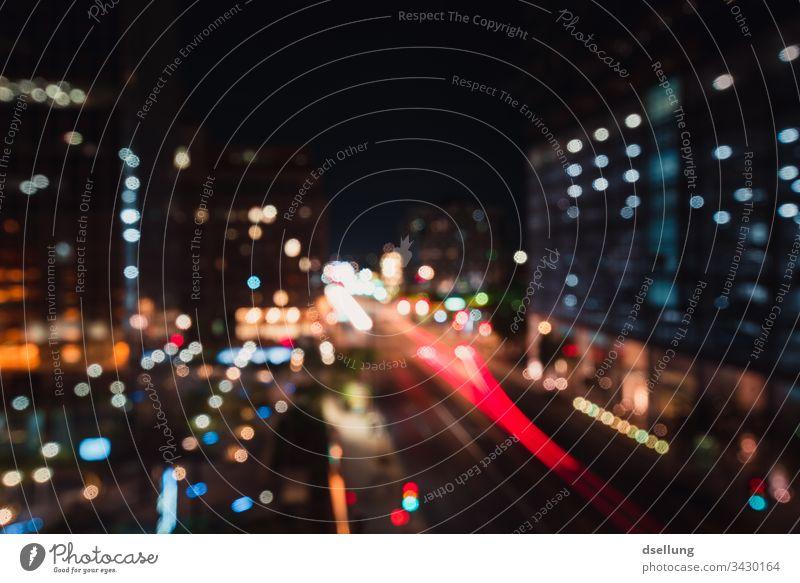 Nachtlichter in Großstadt Unschärfe Gegenlicht Lichterscheinung Kunstlicht Menschenleer abstrakt Farbfoto Außenaufnahme Irritation träumen Surrealismus Reichtum