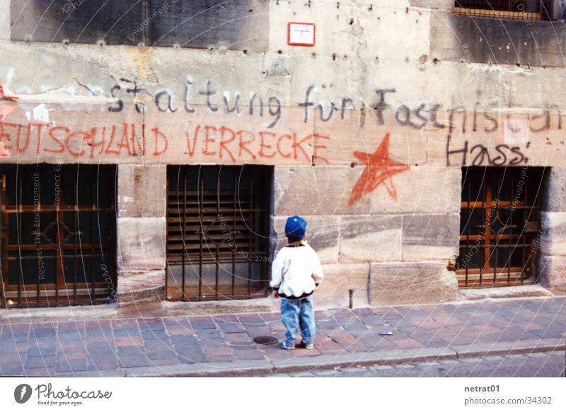 verlassen Kind Mann Einsamkeit Trauer umsonst Faschismus