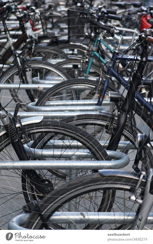 Fahrradständer mit vielen Fahrrädern stehen parken Fahrradfahren Rad Verkehr Sport Großstadt urban Parkplatz Stadt Verkehrsmittel voll umweltfreundlich autofrei