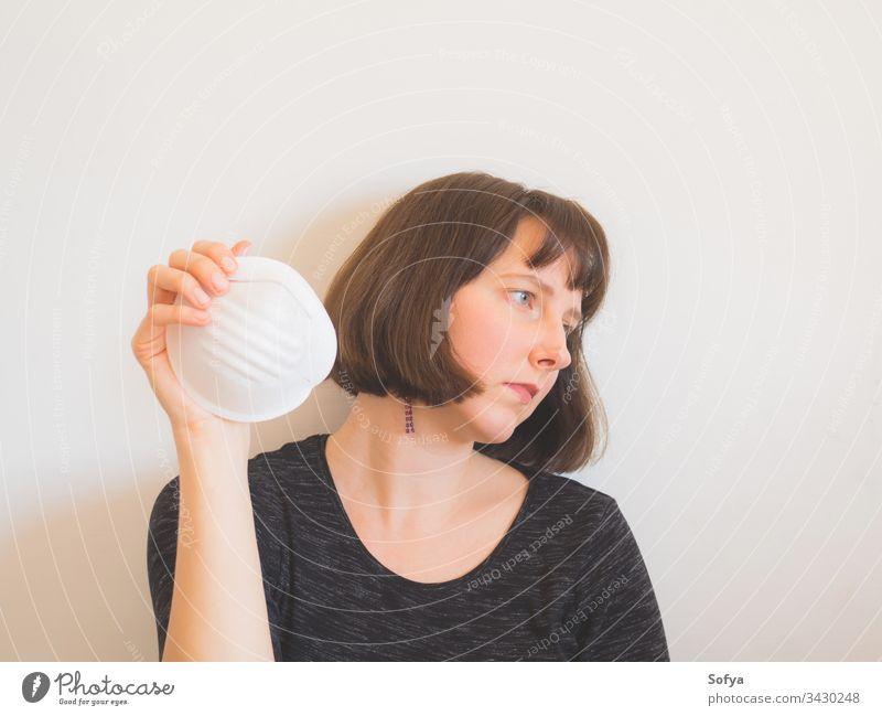 Coronavirus-Quarantäne-Konzept. Frau mit Gesichtsmaske COVID19 Person Italienisch viral iorestoacasa Pandemie frustriert Verschmutzung zu Hause bleiben Virus