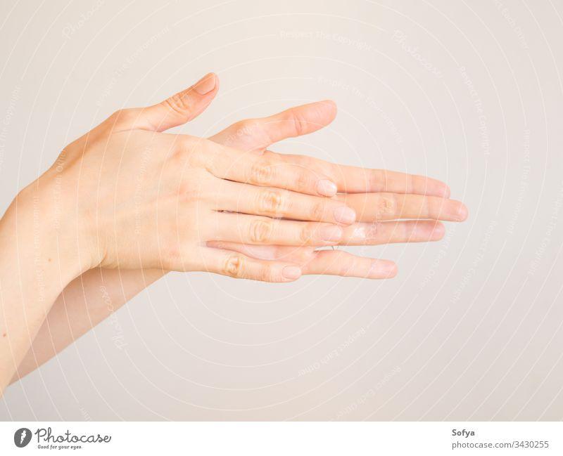 Reinigung der Hände von Frauen mit Desinfektionsmittel-Gel Wäsche waschen Reinigen COVID19 Handgel Lotion Sahne Coronavirus Schönheit Hygiene Personal