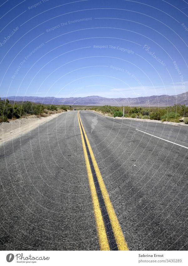 Leere Autobahn mit blauem Himmel in Amerika leere Autobahn Autobahn-Panorama Straße leere Straße amerikanische Autobahn Highway in der Wüste Verkehr reisen