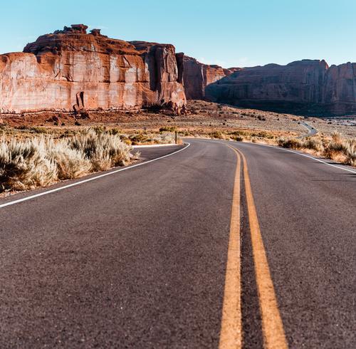 Straße im Arches Nationalpark Expedition Klimawandel Utah Formation Bogenbrücke strahlend hell Westen Wärme Arches National Park Urlaubsort Weitwinkel Dürre Tag