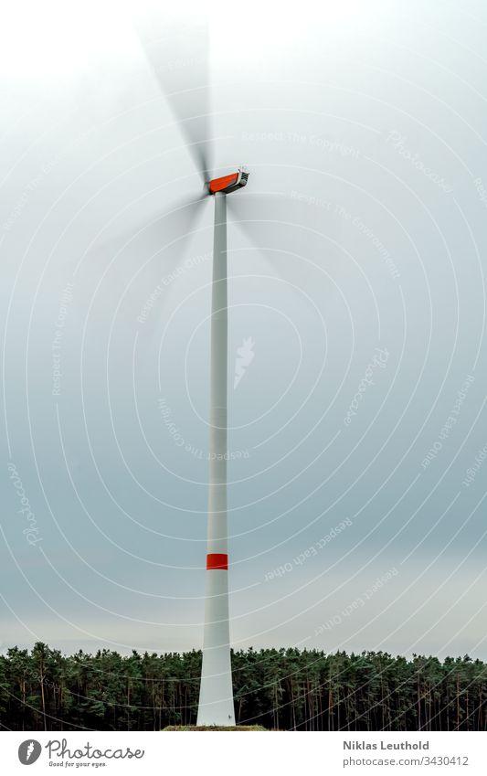 Drehendes Windrad Windkraftanlage Energiewirtschaft Erneuerbare Energie Umwelt Umweltschutz Bewegungsunschärfe Drehung drehen Bewegungsenergie Himmel Wolken