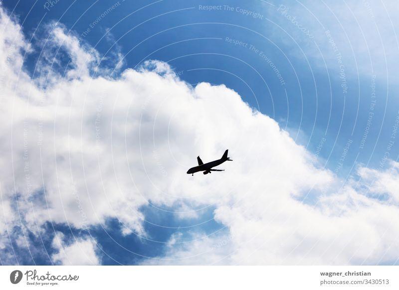 Annähernde Flugzeug-Silhouette Ebene sich[Akk] nähernd Landen Krise Air Transport Business Himmel Hintergrund Wolken Fluggerät Düsenflugzeug blau Fliege Handel