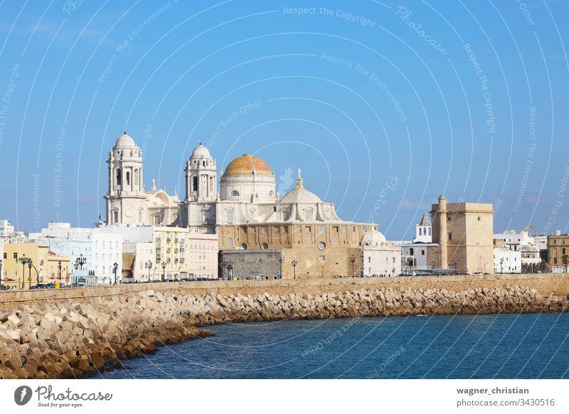 Cádiz Cadiz Stadtbild Spazierweg Strandpromenade Ansicht MEER Kathedrale Ufer Großstadt Seeküste Sommer Wasser Andalusia Spanien Europa reisen Architektur