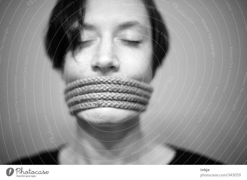 :-|||| Mensch Frau Erwachsene Gesicht Leben Gefühle Kommunizieren Seil Wut skurril Kontrolle Verbote Frustration Sinnesorgane rebellisch wickeln