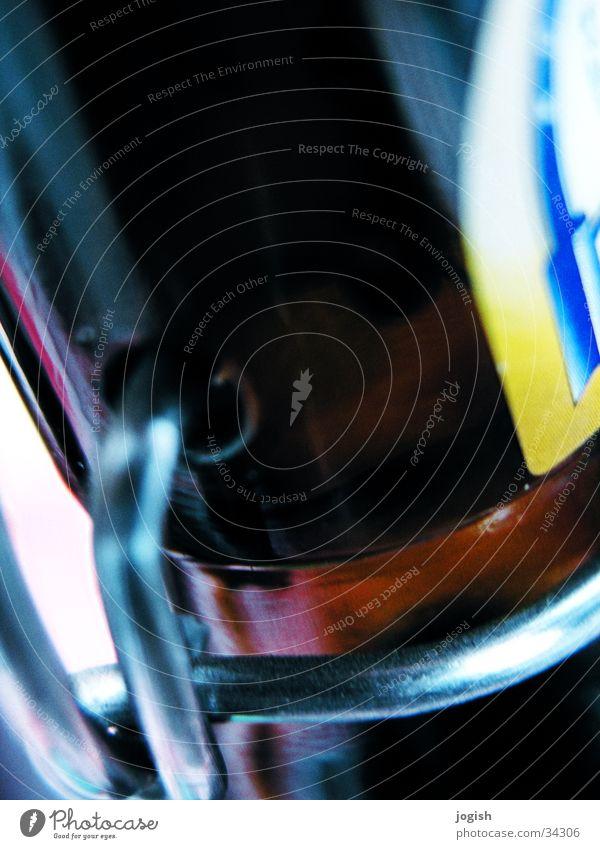 verschlusssache blau gelb braun Metall Glas Getränk Bier Flüssigkeit Flasche Alkohol silber Hals Erfrischung Verschluss