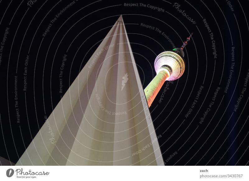 Fernsehturm in Berlin Froschperspektive Textfreiraum oben Menschenleer Außenaufnahme Tourismus hoch groß Berliner Fernsehturm Wahrzeichen Sehenswürdigkeit