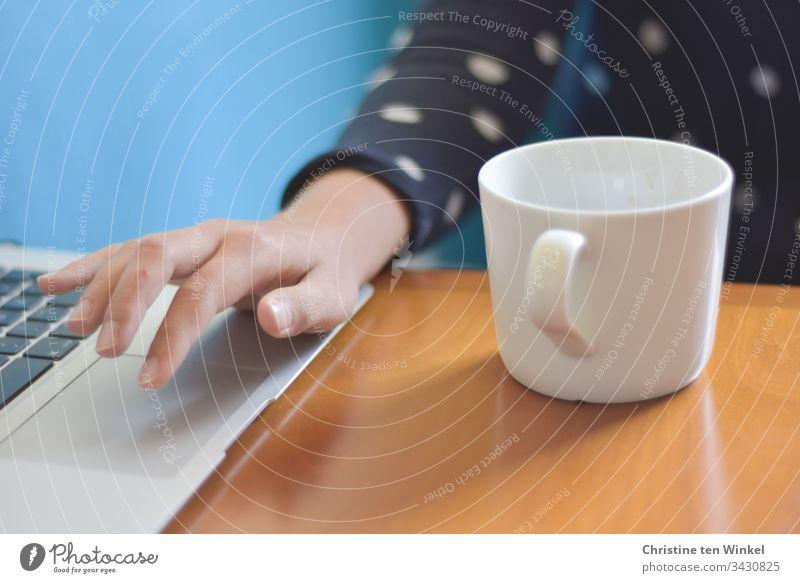 junge Studentin im online- Semester mit Notebook und Kaffeetasse Homeoffice Büro Arbeit & Erwerbstätigkeit Innenaufnahme Erwachsene Frau Arbeitsplatz modern
