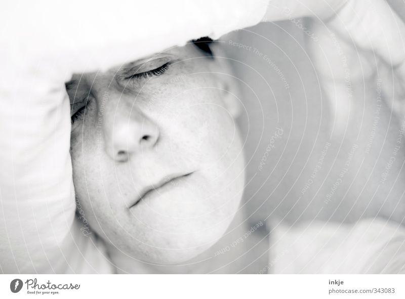 noch ein paar Tage Ruhe, bitte Sinnesorgane Erholung ruhig Frau Erwachsene Leben Gesicht Arme 1 Mensch 30-45 Jahre schlafen träumen Traurigkeit hell nah Gefühle