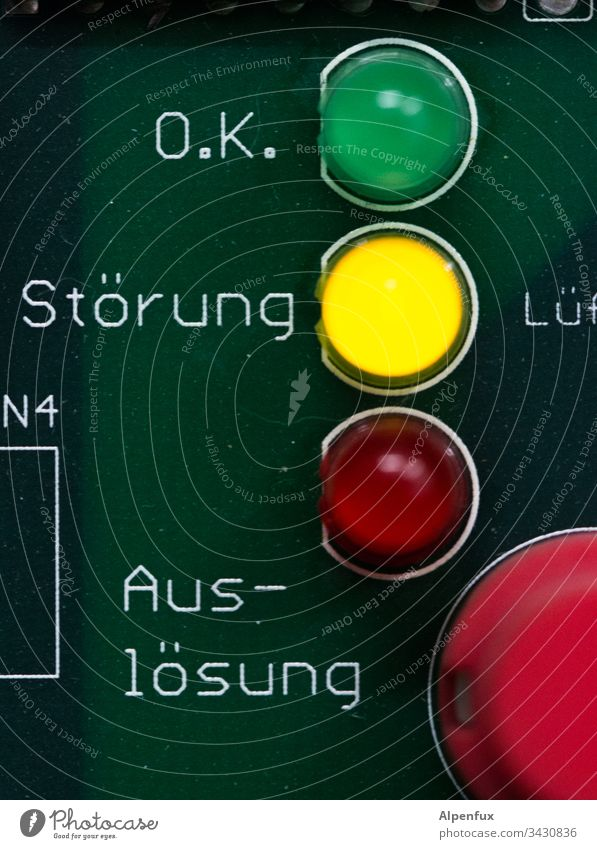 Störung ! Farbfoto Warnung Warnhinweis Zeichen Menschenleer Schriftzeichen Gefahr Systemstörung Sicherheit gefährlich Vorsicht gelb Hinweis bedrohlich Platine