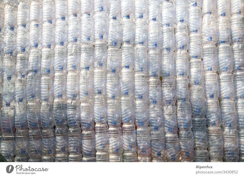 Klimawandel | Zutaten III Plastik PET Flasche pet Wasser Wand Mineralwasser Plastikmüll Plastikteppich Detailaufnahme Klimaschutz Umweltverschmutzung