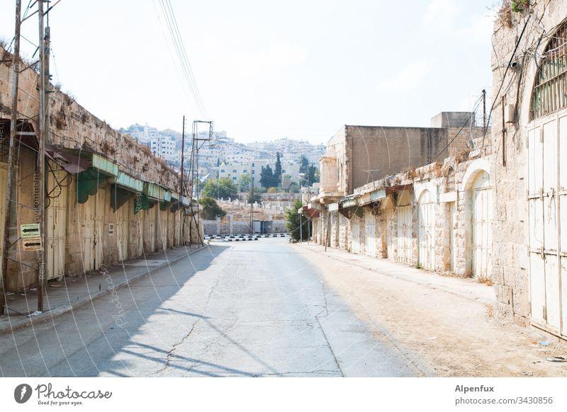 Empty Hebron Leere leere Stadt leere strasse Menschenleer Außenaufnahme Tag Verlassen Gebäude grau Farbfoto Straße verlassene Stadt gefährliche Stadt