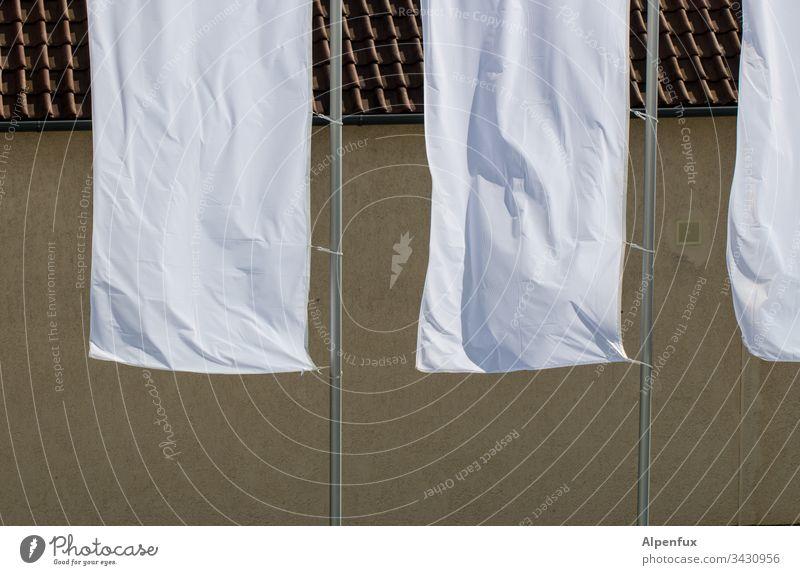 weiße Fahnen hissen Außenaufnahme Menschenleer Tag Sonnenlicht Frieden kapitulieren Schönes Wetter Fahnenmast wehen flattern