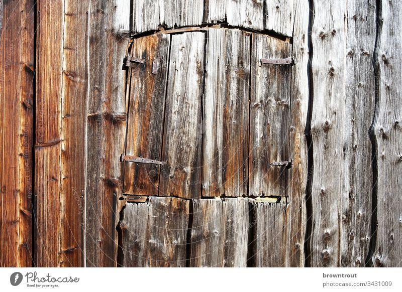 Fensterluke an alter Holzscheune Scheune Luke Hütte Detailaufnahme Holzwand Wand Fassade Gebäude braun Strukturen & Formen Haus Farbfoto handgefertigt
