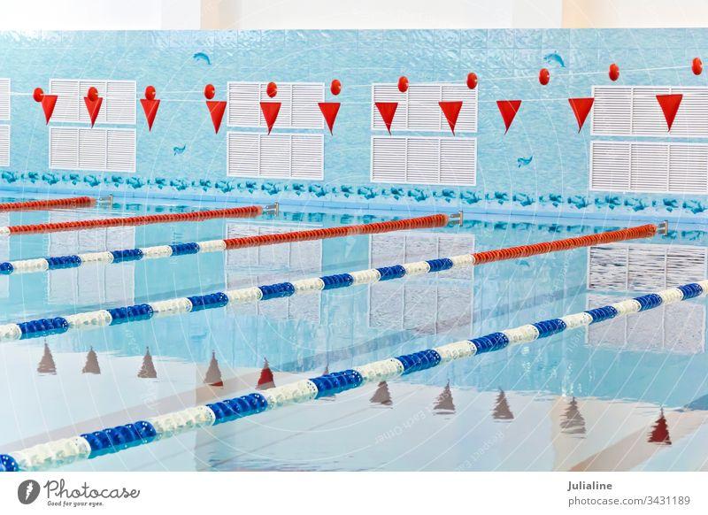 Leeres Schwimmbad Wasser blau nass Blendung Schwimmsport Pool Sport Niemand niemand leer rot Fahne Innenbereich im Inneren