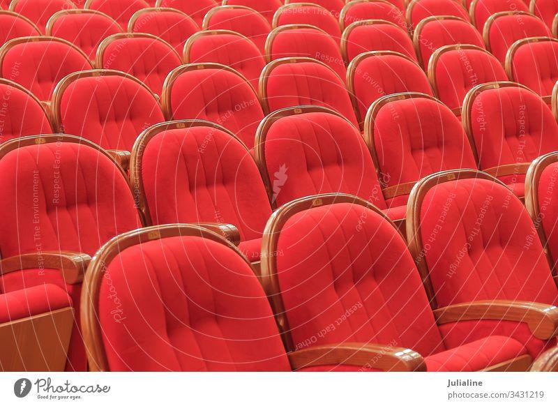 Hintergrund der roten theatralischen roten Stühle Stuhl Theater Innenbereich Sitz leer Künste Leistung niemand Reihe Schauplatz Aula im Innenbereich Armlehne
