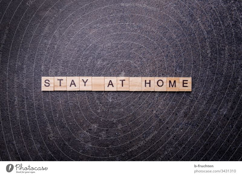 "Scrabble Buchstaben mit den Wörtern ""Stay at home"" stay at home corona virus Quarantäne zuhause Coronavirus Pandemie Corona-Virus Schutz Prävention COVID"