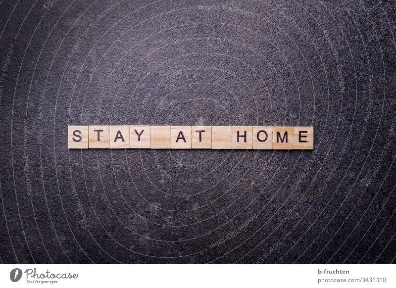 "Scrabble Buchstaben mit den Wörtern ""Stay at home"" stay at home corona virus Quarantäne zuhause Coronavirus Pandemie Corona-Virus Schutz Prävention COVID"