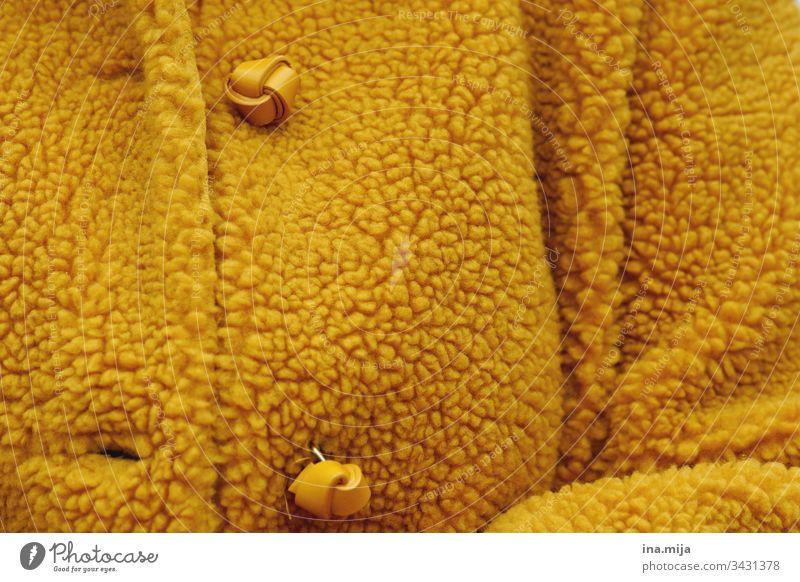 warm eingepackt Jacke Knöpfe gelb modern Mode modisch Winterbekleidung Stil Herbstbegkleidung warm gekleidet winterlich herbstlich Herbstfarbe Ocker Knopf