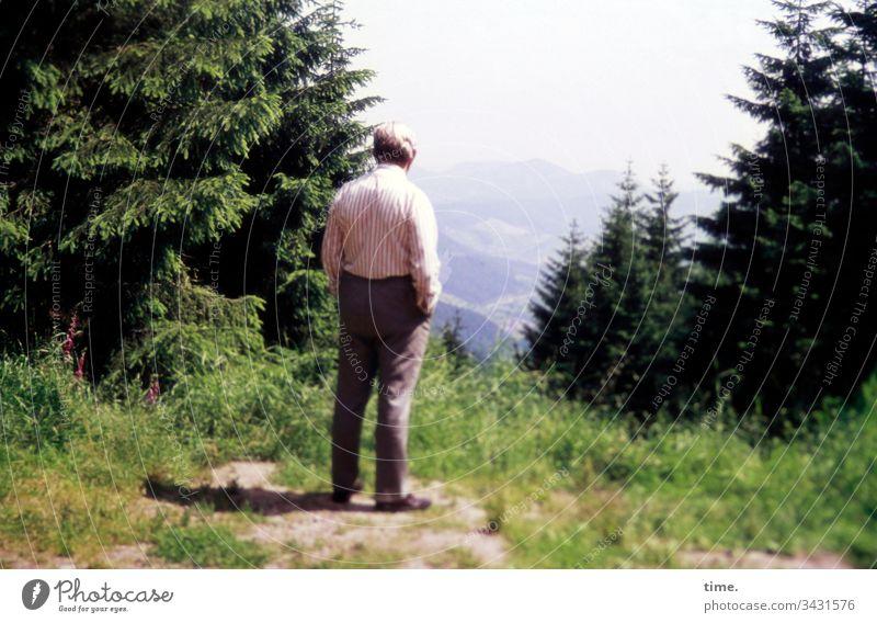 Blick ins Land aufmerksamkeit stehen wald baum wiese weitblick allein einsam mann hose hemd urlaub wanderpause gebirge berge Landschaft natur nachdenken