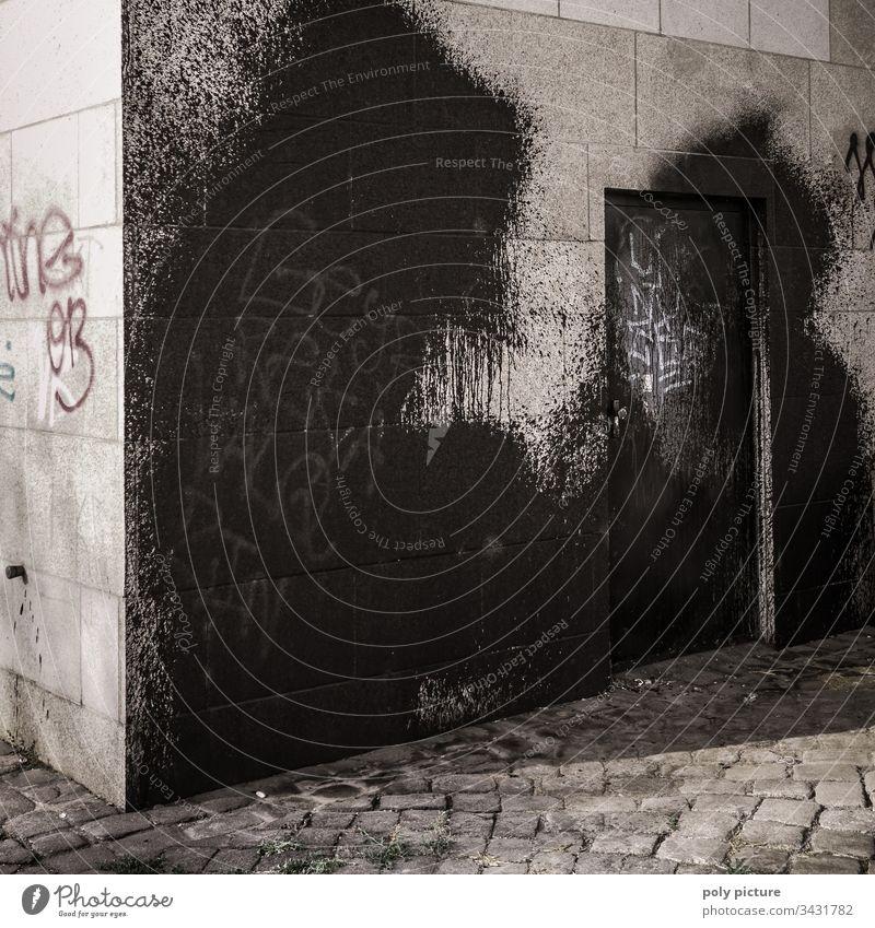 Riesiges schwarzes Graffiti ein einem Brücken-Pfeiler in Dresden Vandalismus Außenaufnahme Menschenleer Stadt Fassade Straßenkunst Schmiererei Kunst Mauer