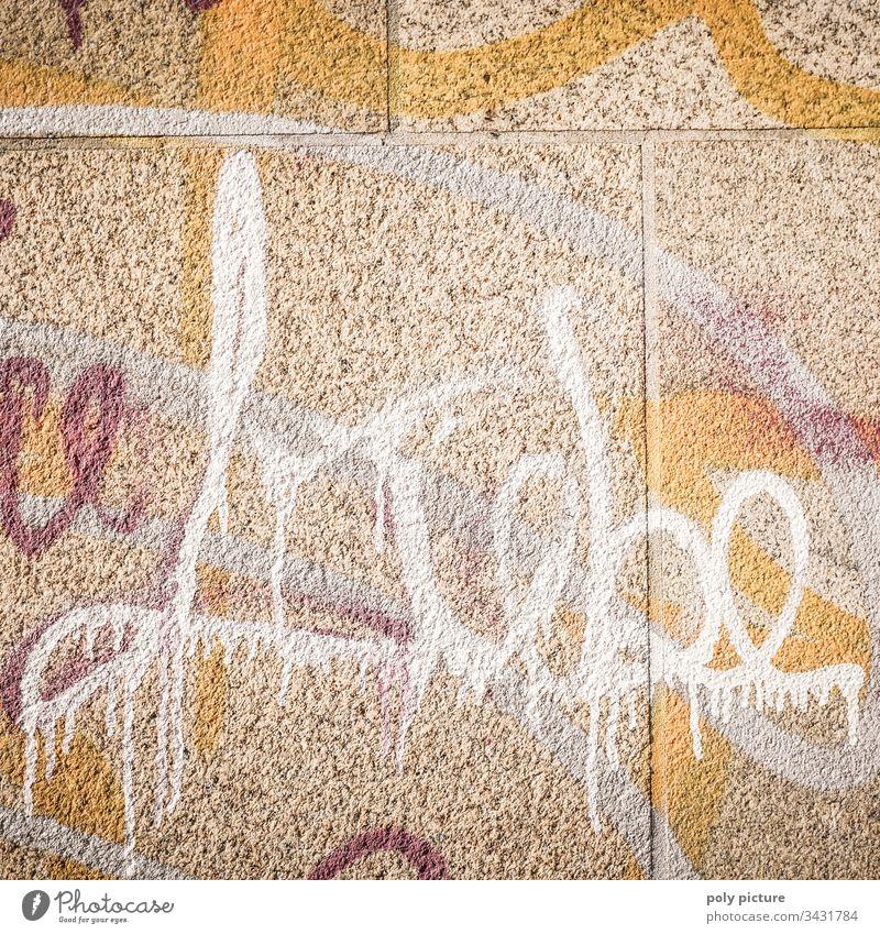 """""""Liebe"""" Schriftzug - Graffiti Textfreiraum oben Mauer Wand Fassade Zeichen Buchstaben Gebäude grau Schriftzeichen Wort Menschenleer Außenaufnahme"""