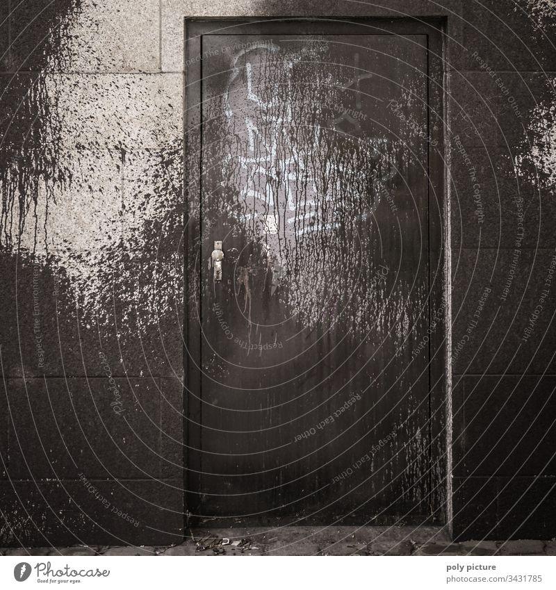 Riesiges schwarzes Graffiti über einer Tür an einem Brücken-Pfeiler in Dresden Vandalismus Außenaufnahme Menschenleer Stadt Fassade Straßenkunst Schmiererei